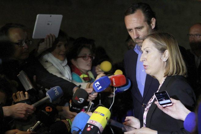La ministra de fomento, Ana Pastor (d) y el presidente de Baleares,...
