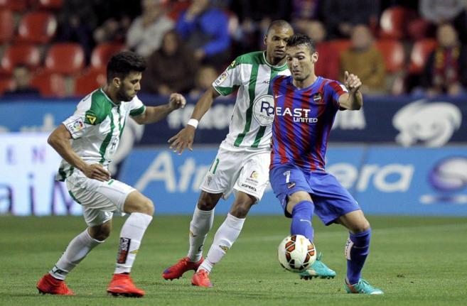 Barral controla el balón durante el partido ante el Córdoba.