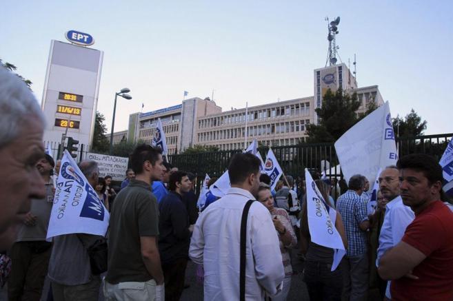 Los trabajadores de ERT protestan por el cierre de la cadena en el...