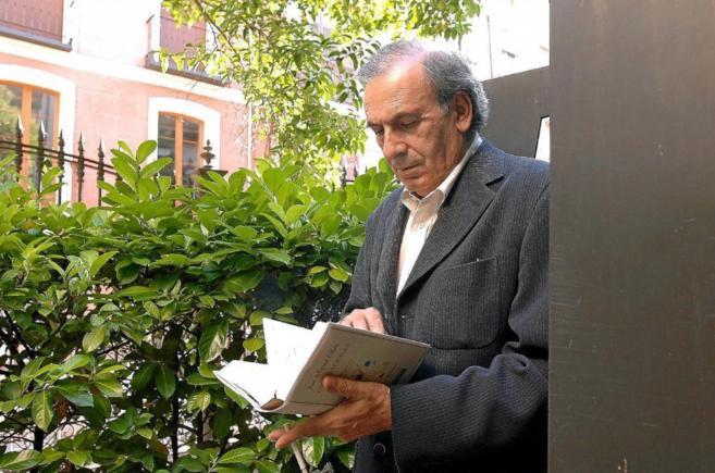 El poeta salmantino con su libro 'Ondulaciones'.