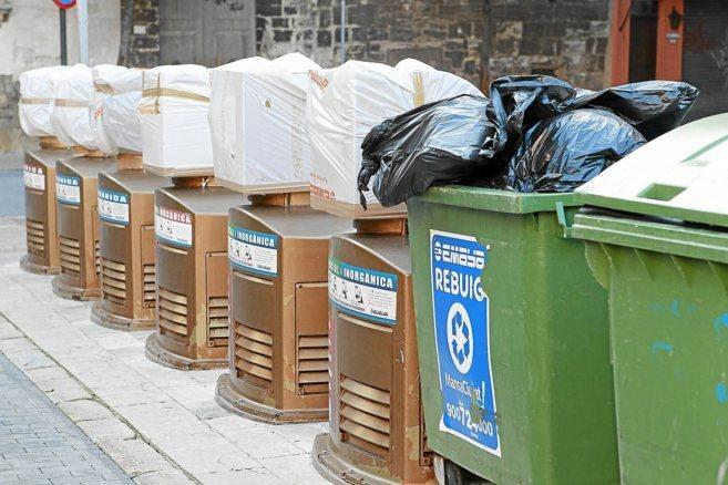 Varios contenedores del sistema de recogida neumática en las calles...