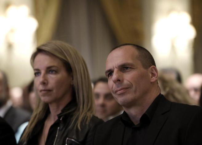El ministro de Finanzas de Grecia, Yanis Varufakis, y su esposa, Danae...
