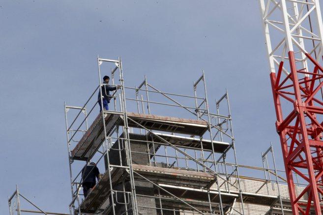 Imagen de un bloque de viviendas nuevas en proceso de construcción.
