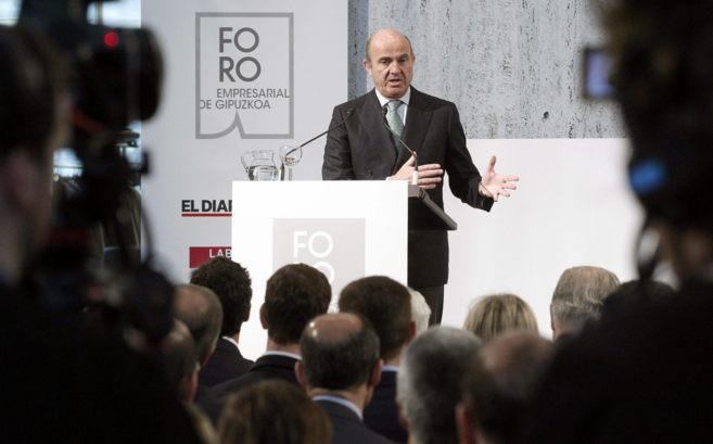 El ministro de Economía Luis de Guindos durante su intervención ante...
