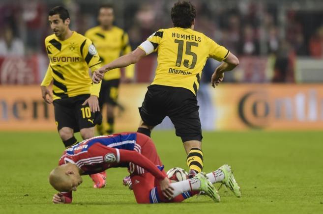 Arjen Robben se duele en el partido de semifinales frente al Borrusia...