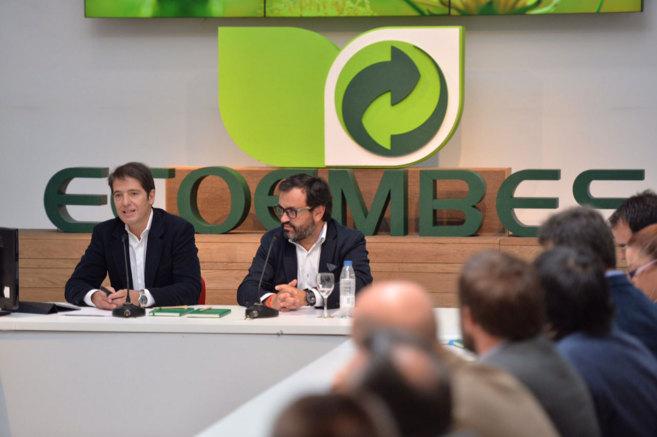 El presidente de Ecoembes, Ignacio González (dcha.) y su consejero...