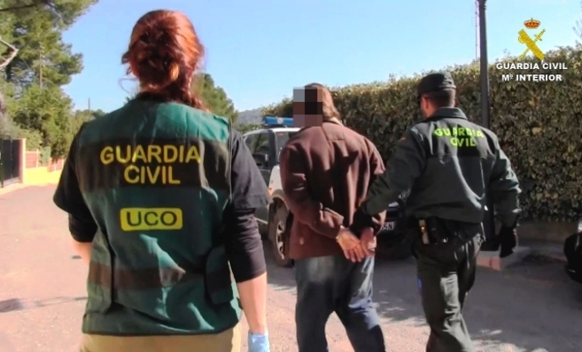 La Guardia Civil detiene a uno de los miembros de la organización.