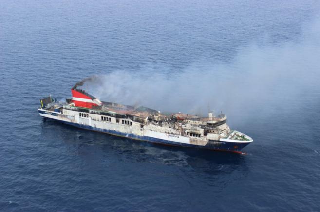 Imagen aérea del ferry 'Sorrento' incendiado ayer.