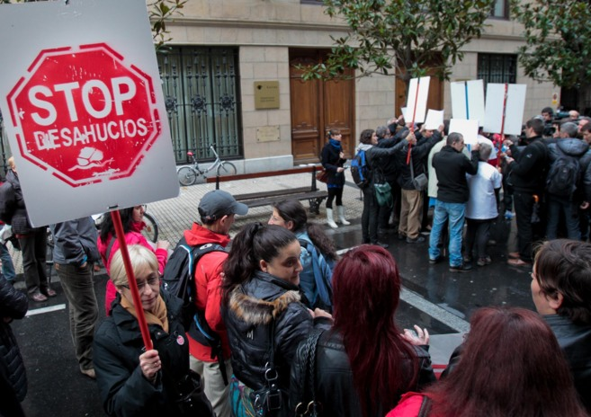 Miembros de Stop Desahucios Gipuzkoa en una concentración.