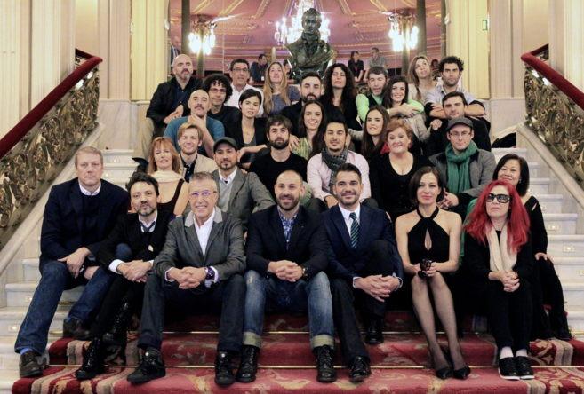 El director artístico y los actores posan en las escalinatas del...