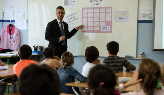 Elñ,lehendakari Urkullu conversa con los alumnos en la ikastola...