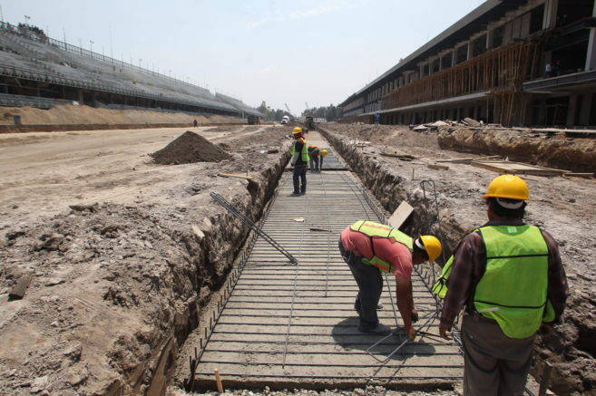Un grupo de hombres trabaja en la remodelación del Autódromo...
