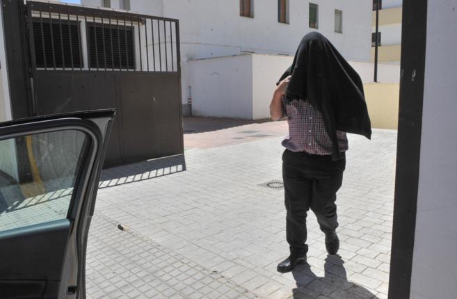 El sacerdote detenido abandona las dependencias de la Guardia Civil...