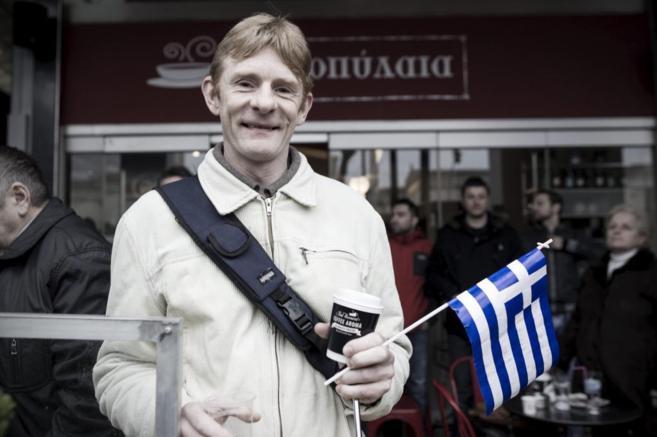 Jan Deneke posta una bandera griega durante el desfile de las fuerzas...