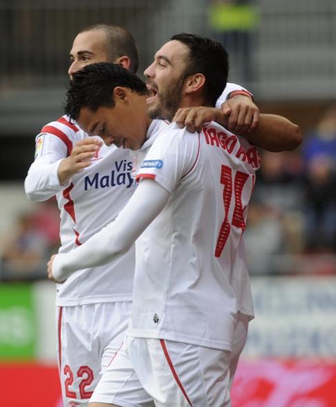 Los jugadores del Sevilla celebran el primer gol de Bacca.