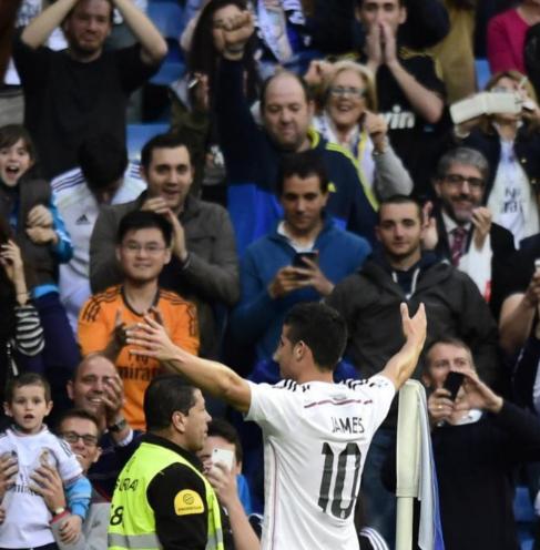 James Rodríguez celebra el primer gol al Almería.