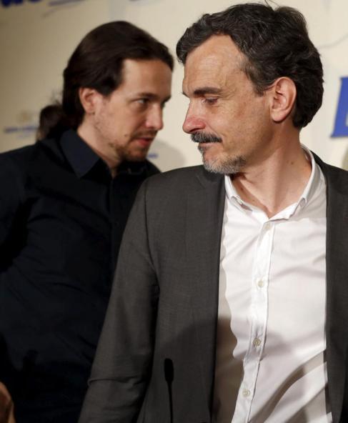 Pablo Iglesias pasa por detrás del candidato de Podemos en la...