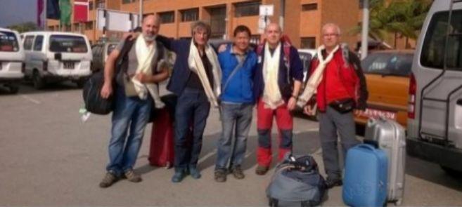 Los cuatro montañeros asturianos con su guía (en el centro).