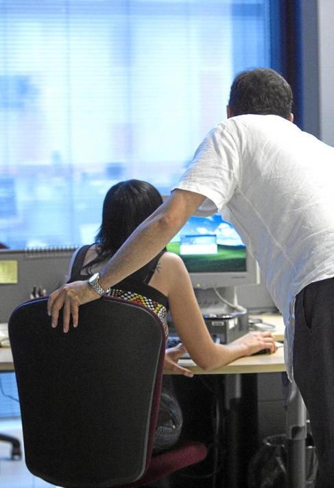 Un hombre y una mujer en una oficina.