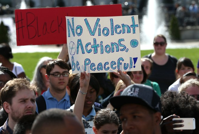 Cientos de jóvenes se manifiestan frente al Ayuntamiento de...