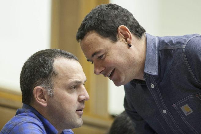 Los parlamemtarios de EH Bildu, Hasier Arraiz y Unai Urruzuno,...