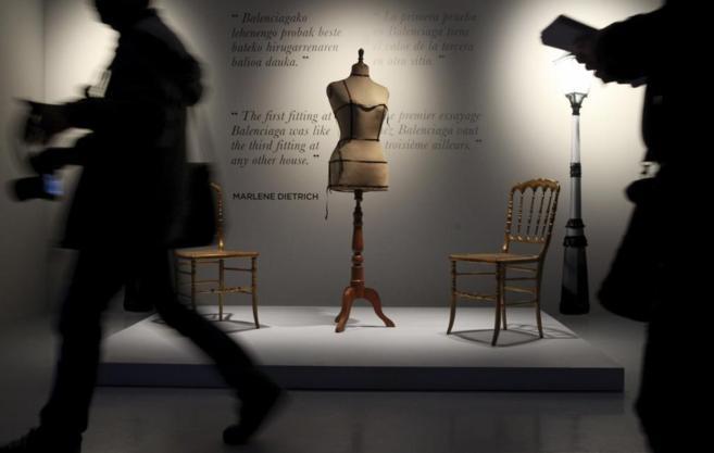 Vista de la exposición en el Museo Balenciaga de Getaria.