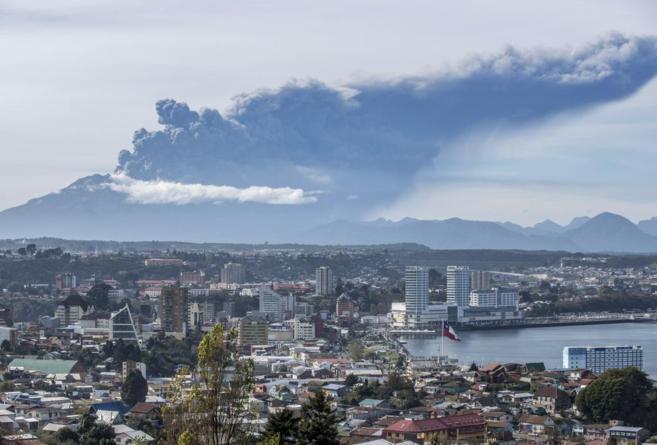 Vista general de la ciudad de Puerto Montt con el volcán Calbuco al...