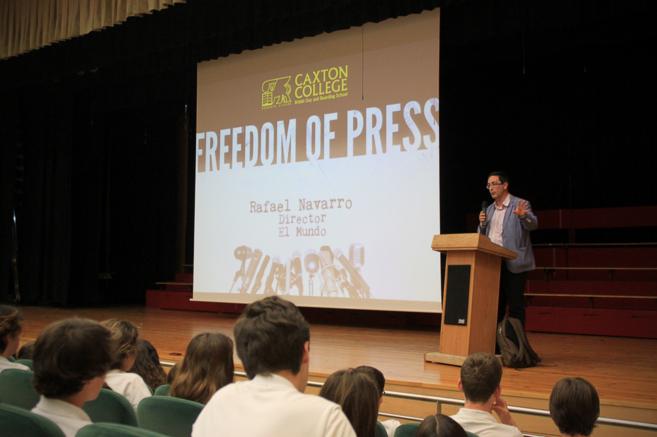 Rafael Navarro en un momento de su charla en Caxton College.