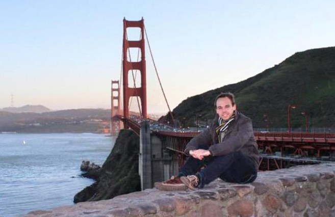 El copiloto de Germanwings Andreas Lubitz posa con el Golden Gate...