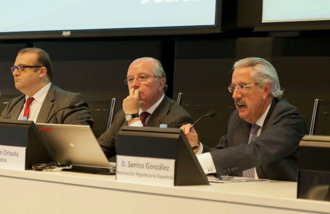 De izquierda a derecha, Alberto Pulido (Banco Santander), Juan Ortueta...