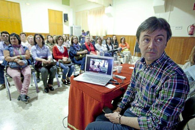 Jorge Flores enseña seguridad digital a familias del colegio San...