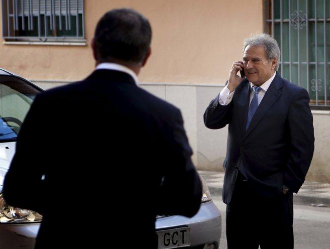 Alfonso Rus habla por teléfono en presencia de su jefe de gabinete,...
