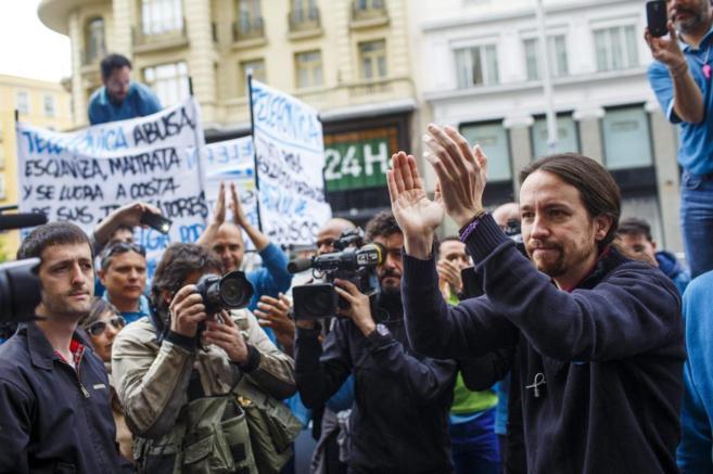 Pablo Iglesias, con los trabajadores de Telefónica, este viernes.