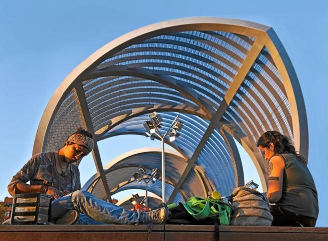 Gente sentada al sol junto al puente de Arganzuela, diseñado por...