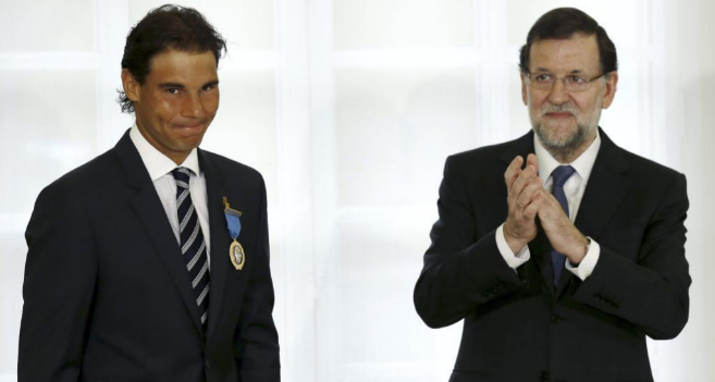 Mariano Rajoy aplaude al tenista Rafael Nadal tras entregarle la...