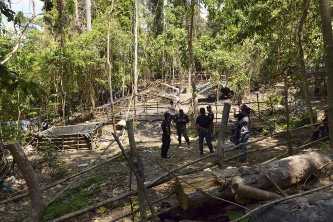 Fuerzas de seguridad inspeccionan el campamento abandonado por las...