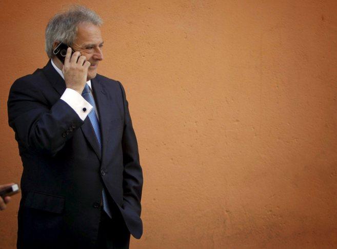 Alfonso Rus habla por el móvil antes de entrar a un acto en...