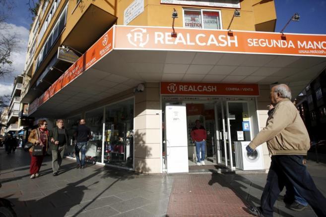 ddf50e4ca42 El auge de la compraventa de productos usados ha hecho que proliferen los  establecimientos en esta calle.