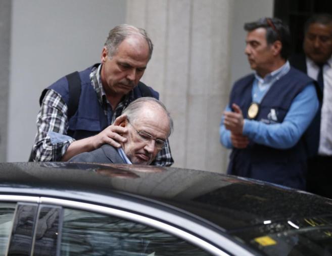 Rodrigo Rato es introducido en un vehículo policial el pasado 20 de...