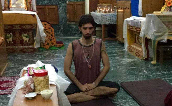 Osel pasó la noche acampado alrededor de una estupa, bajo la lluvia y...