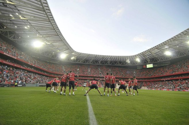 Calentamiento del Athletic en el estadio de San Mamés.