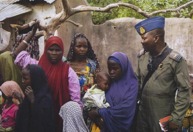 Un soldado nigeriano junto a un grupo de mujeres liberadas del...