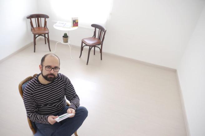 Pedro Lendínez, en el espacio habilitado en su casa como sala de...