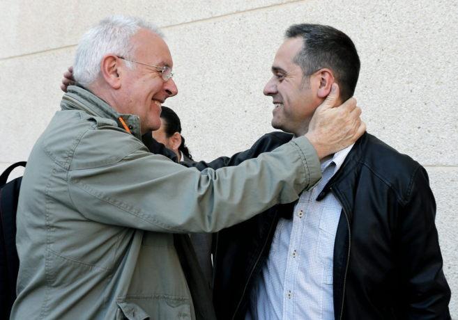 Cayo Lara saluda a Amadeu Sanchis, candidato a la alcaldía de...