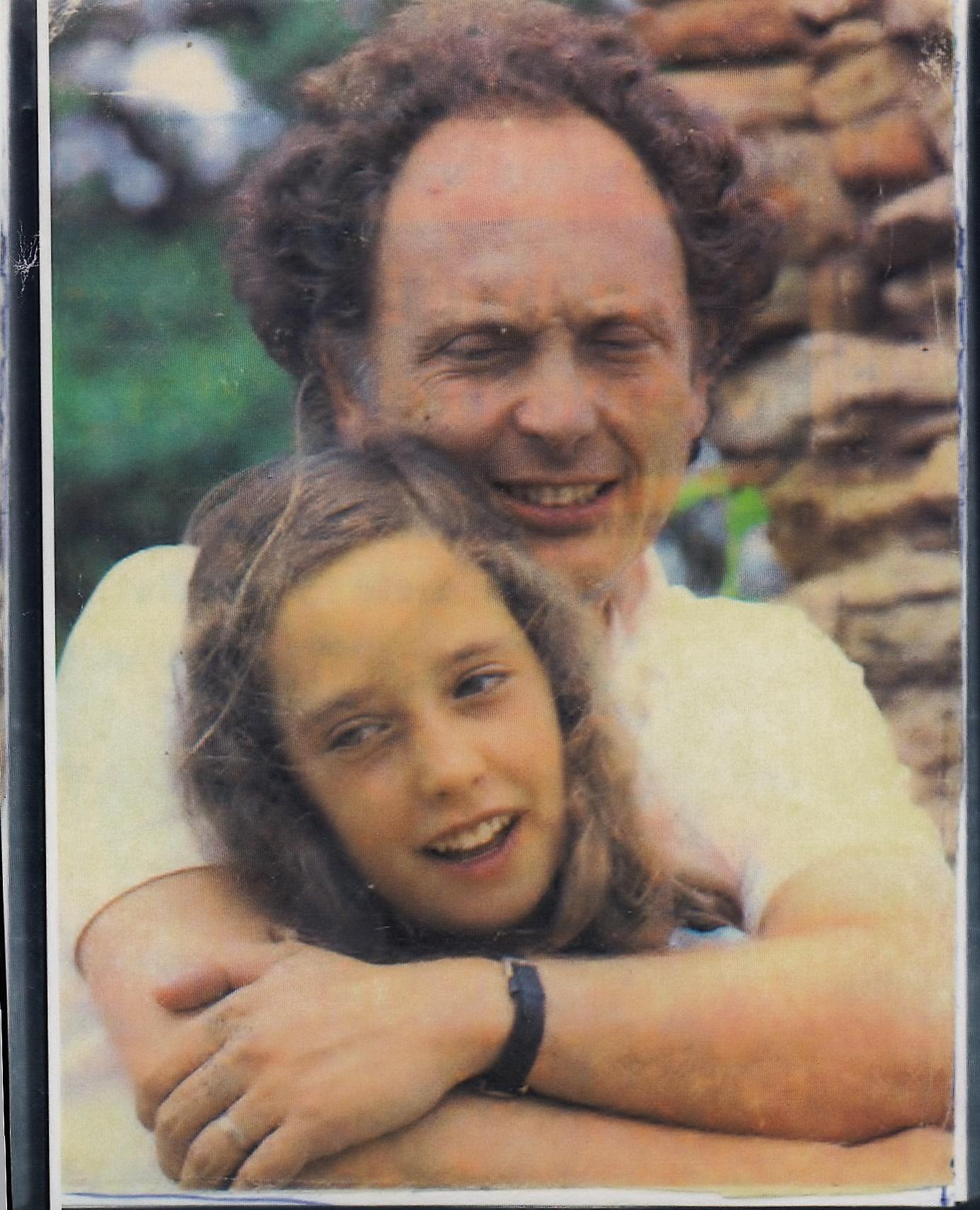 Carolina Punset abrazada por su padre, Eduard Punset, cuando tenía 12 años.