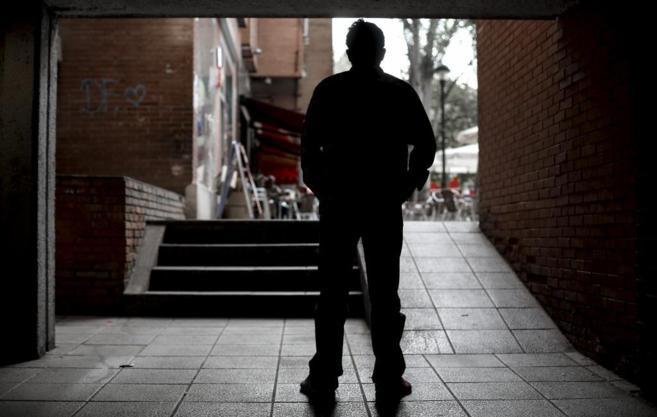Errebe, cantante del grupo PEM, posa de espaldas en una calle de...