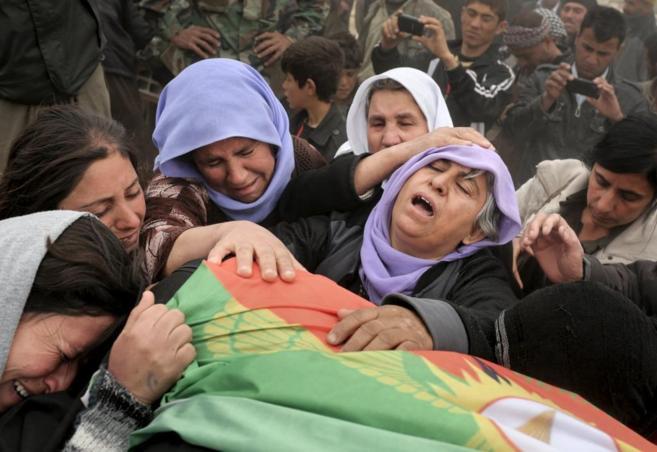Mujeres yazidíes lloran la muerte de su hijo a manos del IS, en...