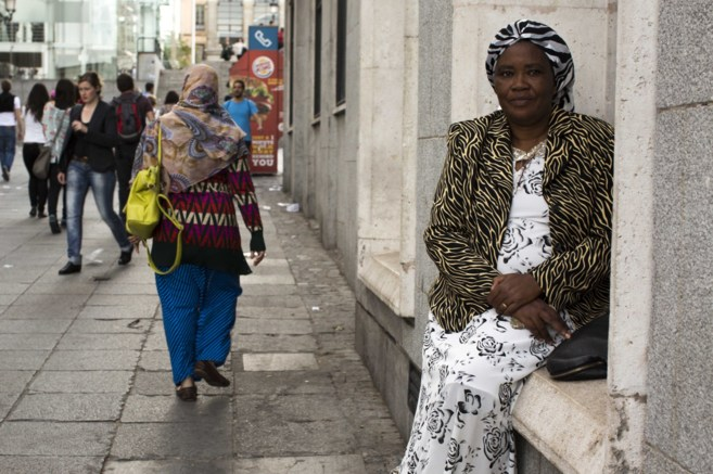 Saidati Mukakibibi, periodista ruandesa en una calle de Madrid.