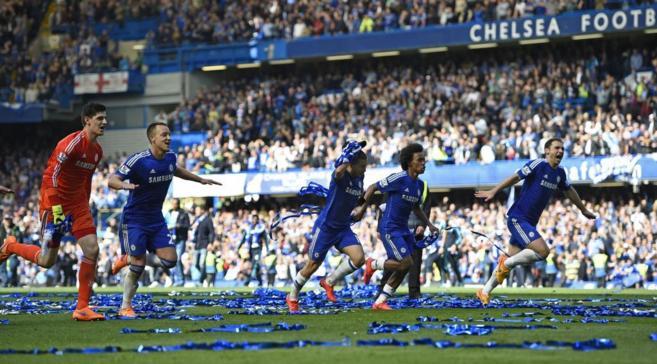 Los jugadores del Chelsea celebran la consecución de la Premier en...