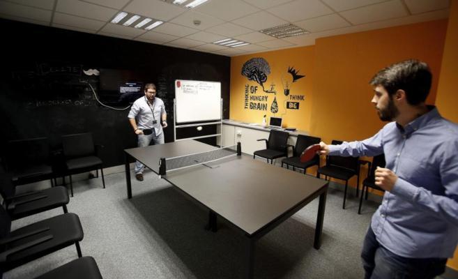Dos empleados de la empresa Just Eat juegan a 'ping-pong' en...